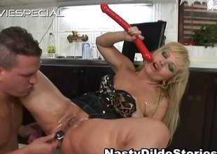 Mature MILF gets asshole fucked