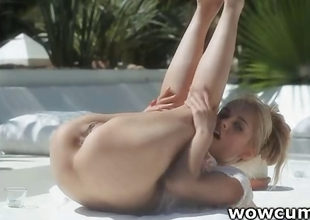 Blondie widening twat outdoors
