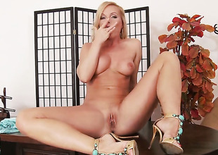 Silvia Saint is in heat in solo scene