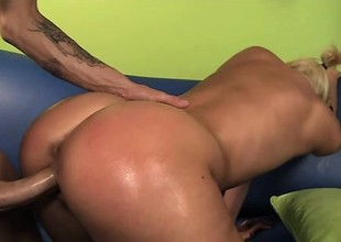 Slutty blond widens her legs and a huge 10-Pounder fills her needy peach
