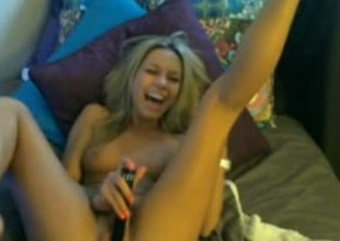 Kinky webcam blond wearing a lid bangs her pussy and laughs