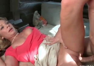 Blondie fucking big schlong in bus